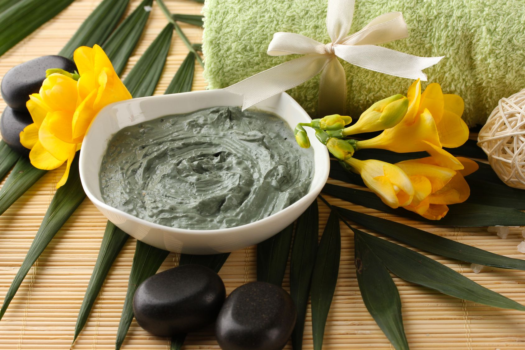 Tea-tree-oil-for-acne-with-green-clay